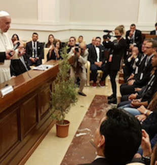 Papa Francesco all'incontro in Vaticano.