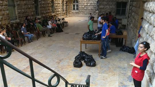 La distribuzione dei pacchi alimentari in parrocchia