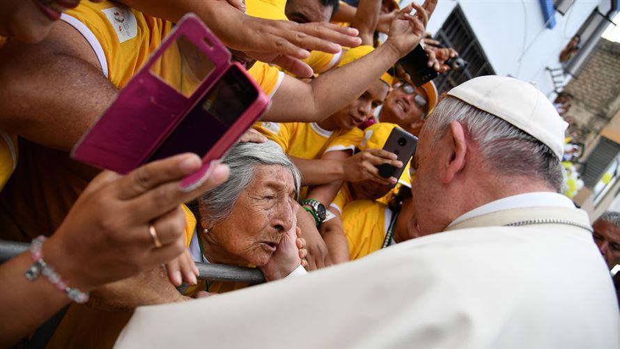 Il Papa ha poi abbracciato la religiosità popolare dei peruviani e ne è  stato abbracciato. Nella Messa a Trujillo davanti all altare e a  seicentomila fedeli ... 7a4309df476f