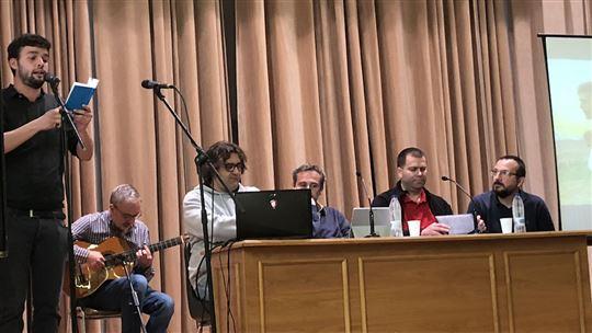 La testimonianze. Al tavolo, da sinistra: Cesar, Marco, Adrian e Davide Biasoni.