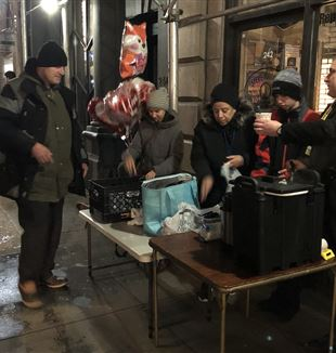 I volontari di One City Mission con gli homeless di New York.